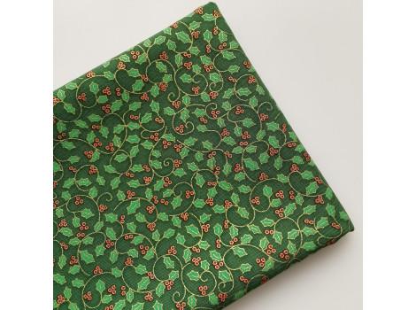 Хлопок с красными ягодками и листочками на зеленом фоне