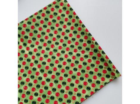 Хлопок с зелеными и красными горошками на зеленом фоне