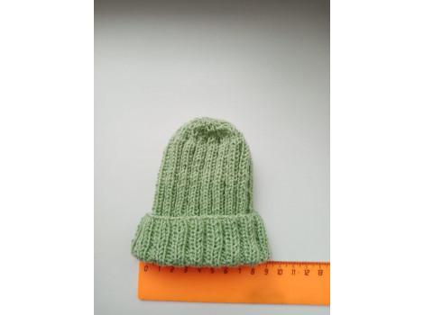 Вязаная шапочка с подворотом светло-зеленая