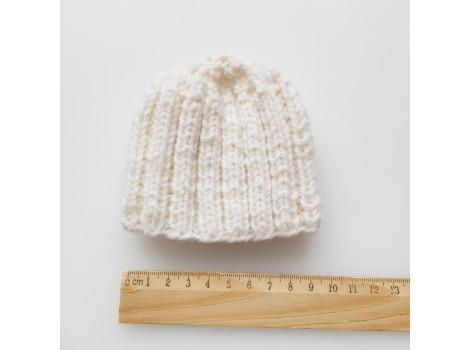 Вязаная шапочка молочно-белая для куклы