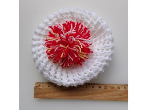 Вязаная шапочка берет белый с красным помпоном