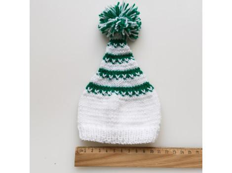Вязаная шапочка колпак белый с зелеными полосками и помпоном